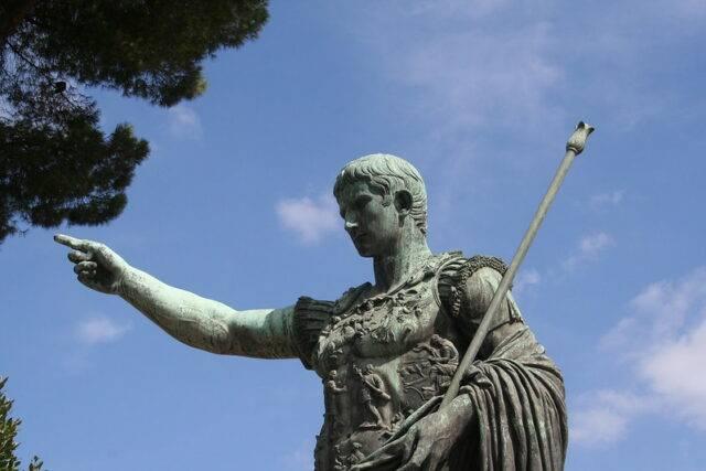 posąg juliusza cezara